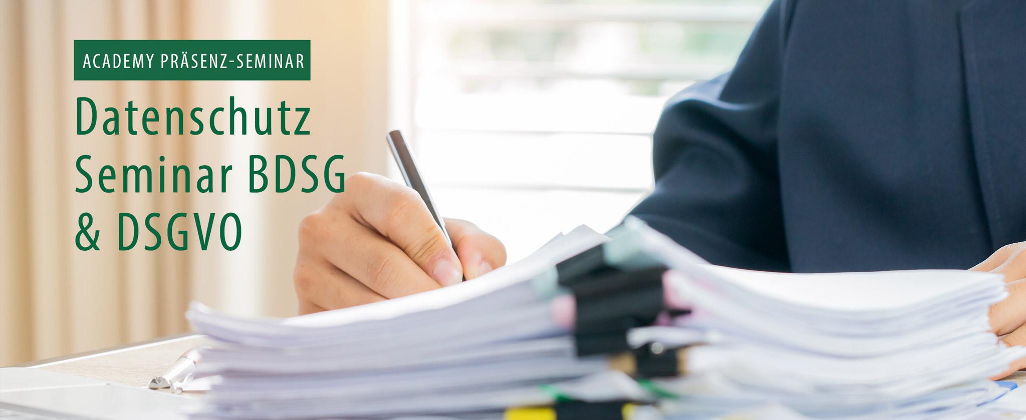 """Büroarbeiter füllt Formulare aus, Text: """"Datenschutz Seminar BDSG 6 DSGVO"""""""